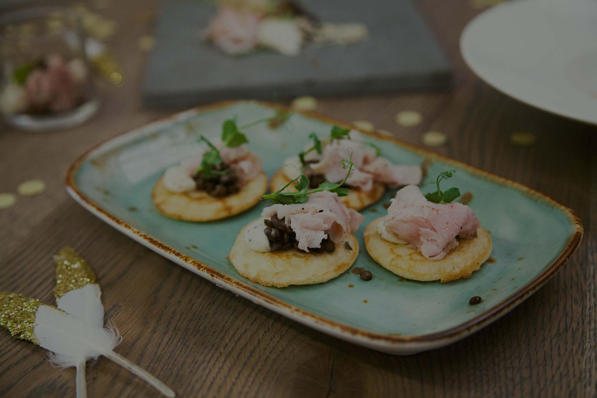 Luxe poffertjes op een bord van Jools Food & Events