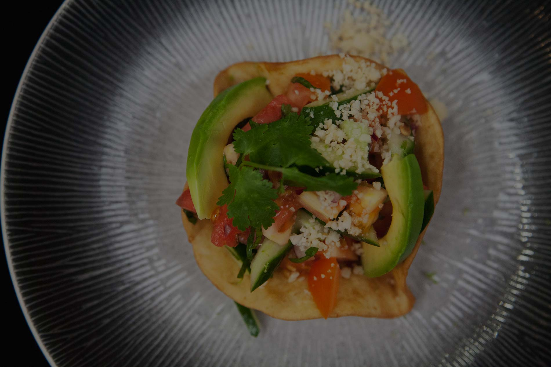 Voorgerecht met avocado en tomaat